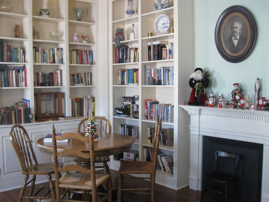 Elliot House Bed & Breakfast: Library