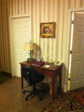 Grass Valley Courtyard Suites: Desk