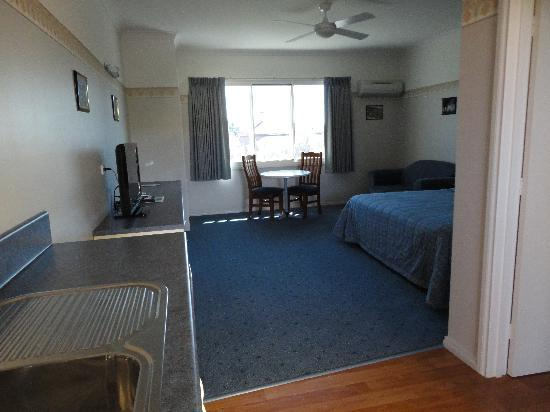 Southern Cross Motor Inn: Quiet Spacious unit 40sq/m
