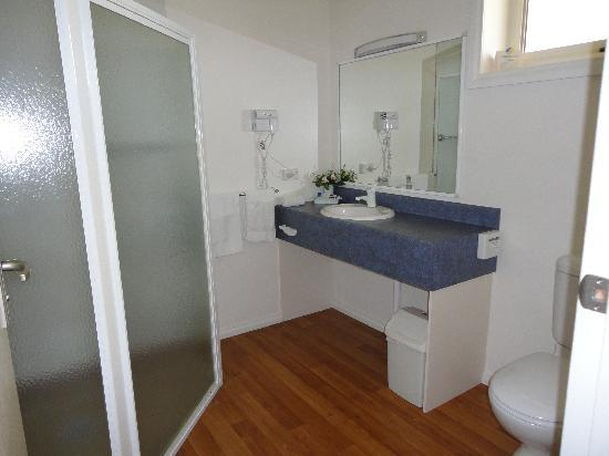 Southern Cross Motor Inn: Spacious bathroom with large corner shower