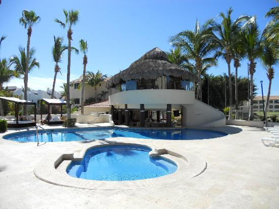 Park Royal Los Cabos: Small pool with swim-up bar & restaurant