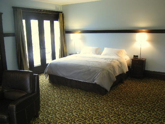 Evermore Guesthouse: King Bed In The 3rd Floor Suite