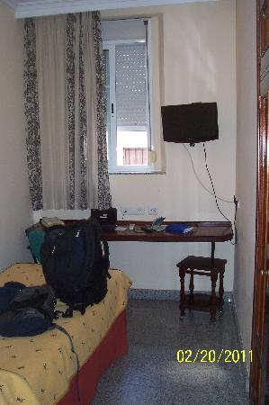 Hotel Maestranza: View of Room 102's bed, window, TV, shelf/desk