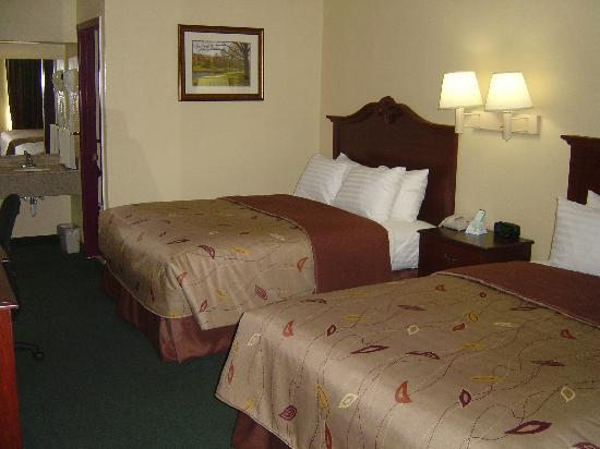 Econo Lodge: Newly renovated room w/double queen beds