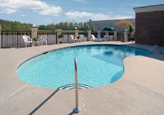 Comfort Suites Charlotte Northlake: Relax at our outdoor pool and sundeck