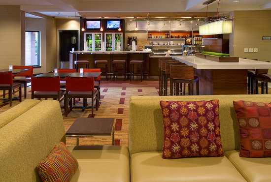 Courtyard by Marriott Portland Southeast: Lobby/Bistro