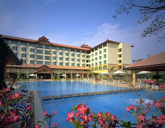โรงแรมเซโดนา มันดาเลย์: Sedona Hotel Mandalay faces the magnificent Mandalay Hill and Majestic Royal Palace