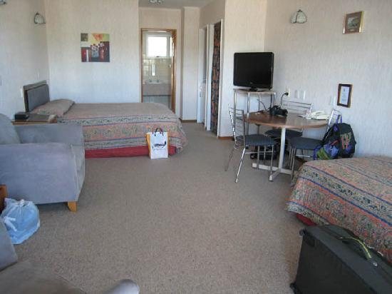 Amber Court Motel: General view of room
