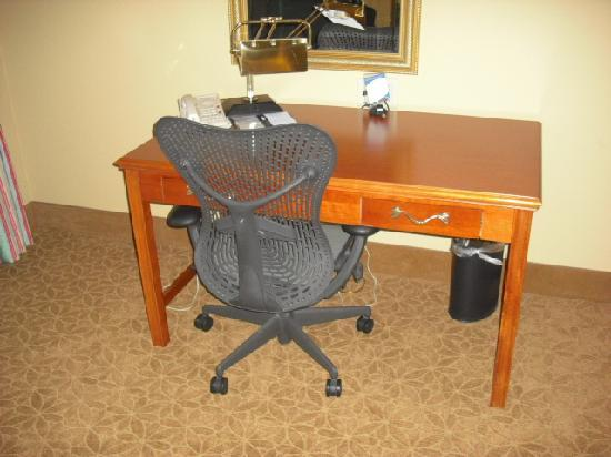 Hilton Garden Cincinnati/Sharonville: Desk/Work area
