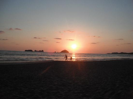 Emporio Ixtapa: Sunset from Beach