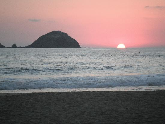 Emporio Ixtapa: Sunset on Beach!