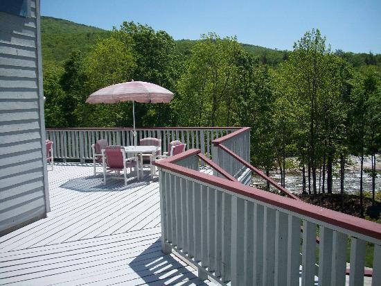 The Lodge at Lincoln Station Resort: Deck Overlooking The River