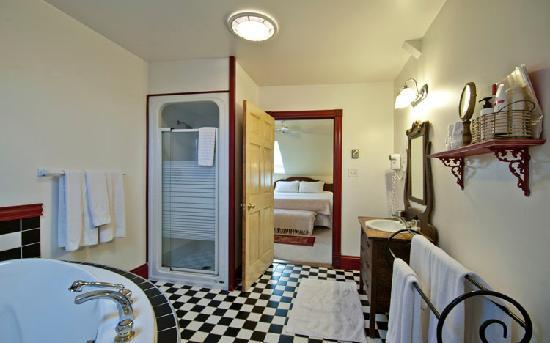 Spinnaker Inn: Enjoy suite 2 whirlpool bath for 2