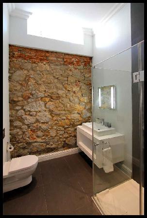 The Three Boutique Hotel: Stone wall in bathroom