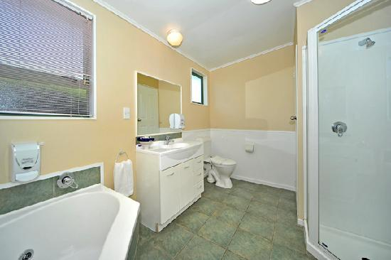 A&#39;La Vista Motel: Family Unit Bathroom