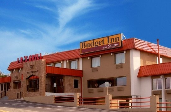 Budget Inn & Suites: Exterior of hotel facing Route 80