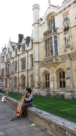 Cambridge, UK : Artista al centro