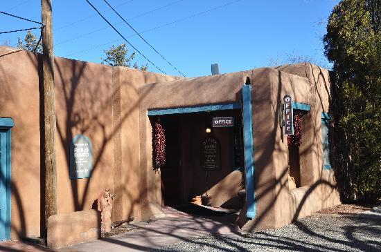Pueblo Bonito Bed &amp; Breakfast Inn: Adobe office and breakfast room entrance