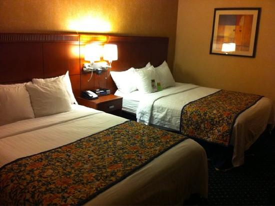 Courtyard by Marriott Boston Marlborough: ok beds, bad linens