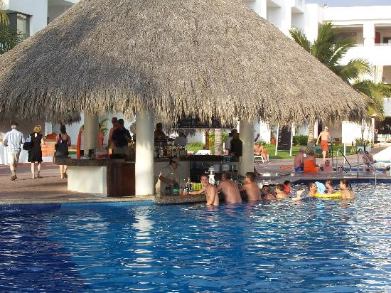 Marival Resort & Suites: Bar dans la piscine