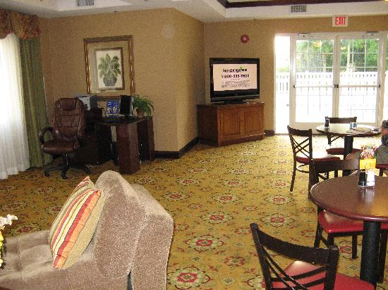 Holiday Inn Express Hotel & Suites Tavares: Business center & part of reception area