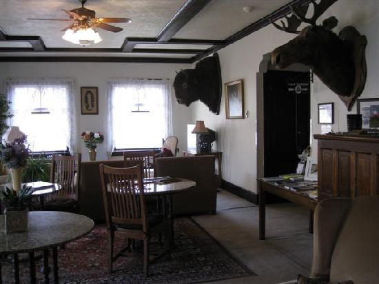 Riverside Hot Springs Inn: Main floor common guest area
