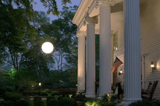 Madison Oaks Inn &amp; Gardens: Our Moon During A Wedding