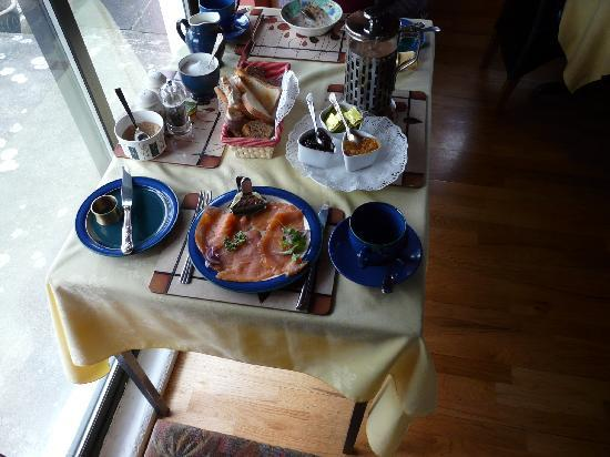 Cedar Lodge Bed and Breakfast: Smoked salmon on breakfast