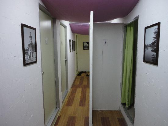Nahbi Guest House for Backpackers: Hallway to downstairs rooms