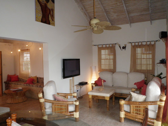Maca Bana: Living room in a deluxe bana with two bedrooms