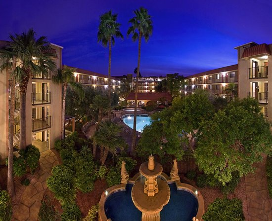 Embassy Suites Phoenix Airport at 24th Street: The Courtyard at the Embassy Suites Phoenix-Airport at 24th Street