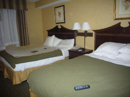 Holiday Inn Express Williamsburg: 2 Queen Beds in Suite