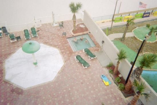 Boardwalk Inn and Suites: Looking at the spa from our room