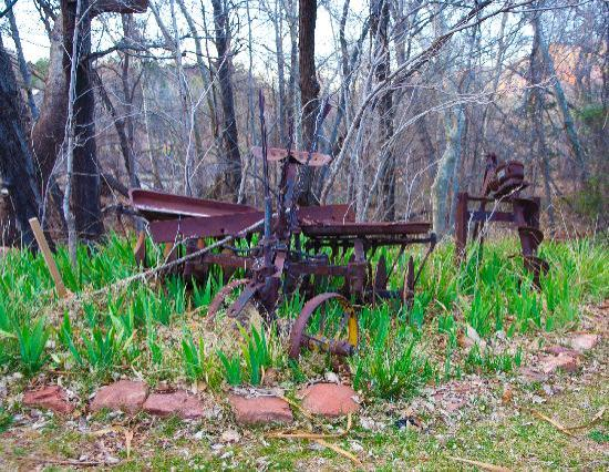Creekside Inn at Sedona: Old farm tools