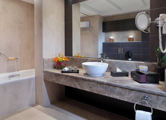 Cristal Hotel Abu Dhabi: Spacious Bathroom