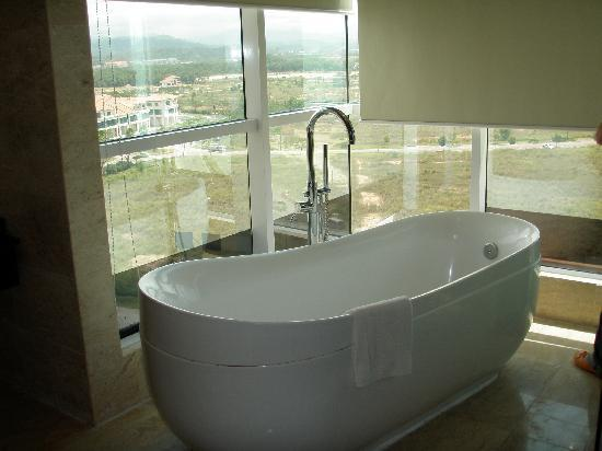Grand Borneo Hotel: Bathtub with cityview