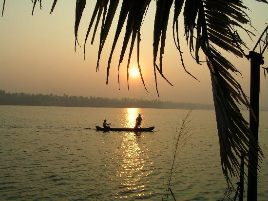 Cherai Beach Resorts: sunrise over the backwaters