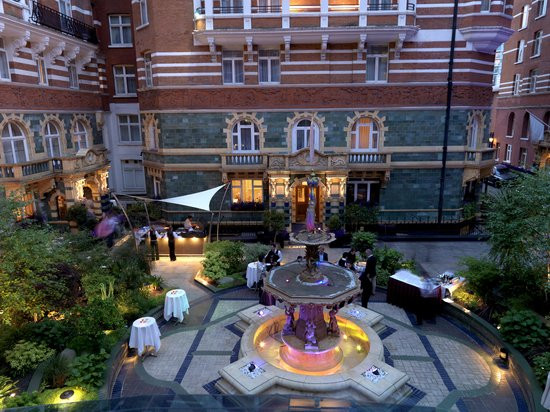 51 Buckingham Gate, Taj Suites and Residences: Courtyard at 51 in the evening
