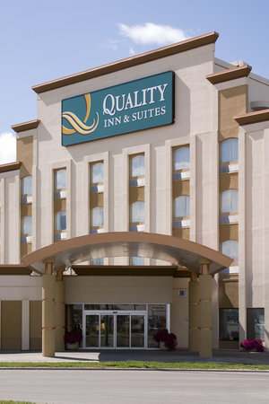 Quality Inn &amp; Suites: Main Entrance