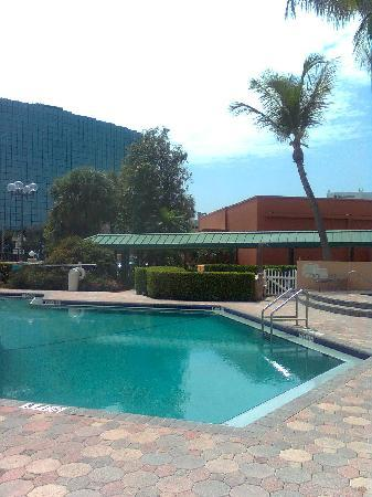 Courtyard by Marriott Fort Lauderdale East: piscina