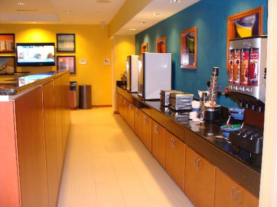 Fairfield Inn & Suites Virginia Beach Oceanfront: Breakfast serving stations