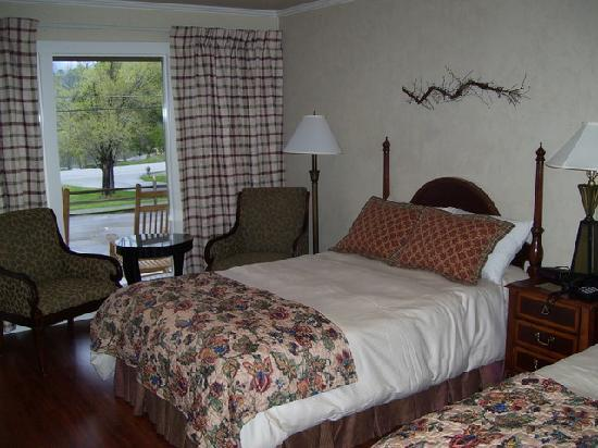 Townsend, TN: Newly renovated room #7 - Fullsize beds