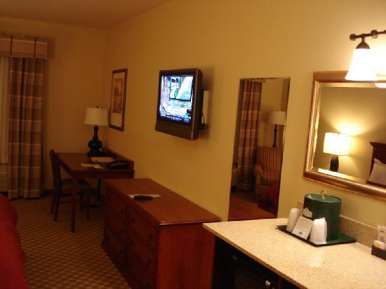 Country Inn & Suites Manchester Airport: Desk & TV