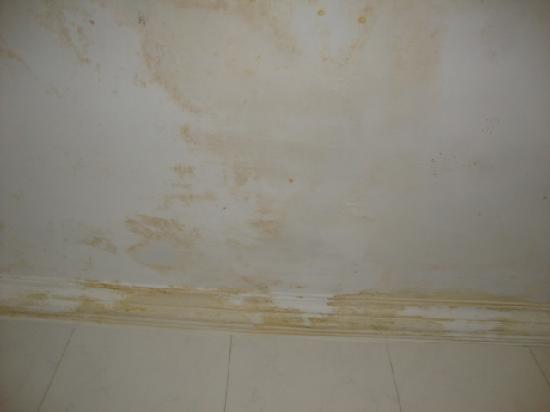 Airport Hotel: hard water stains on the bath tub