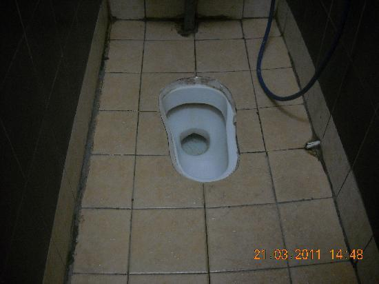 China Town Inn: Note cigarette butts next to toilet bowl