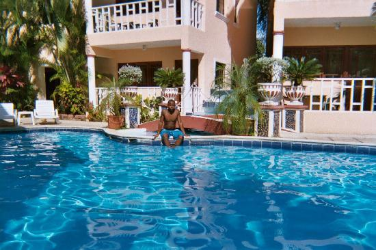 Hotel Residencial El Candil: My son loves that pool, hates the beach