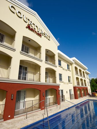 Courtyard by Marriott Bridgetown: Courtyard by Marriott in Barbados, excellent location across the street from the beach, next doo