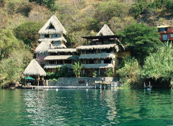 Laguna Lodge Eco-Resort & Nature Reserve: Arriving by the lake