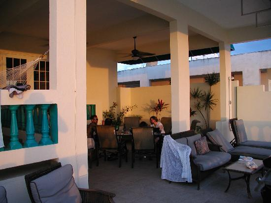 Sunset Paradise Villas: Realxing on the patio