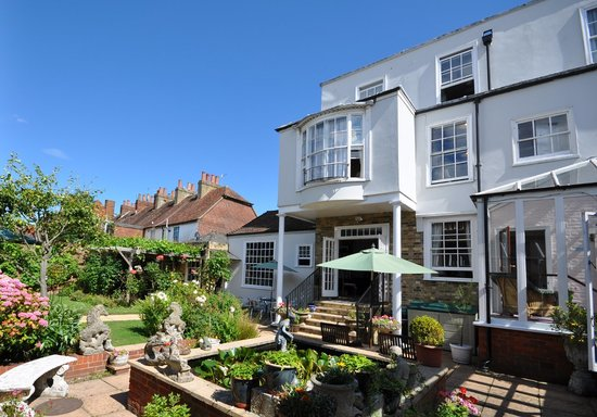 Thanington Hotel: The courtyard garden